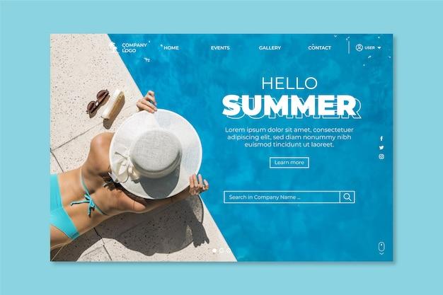 Hallo zomer bestemmingspagina met vrouw bij het zwembad