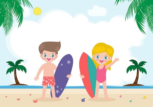 Hallo zomer en schattig surfer-kinderkarakter met surfplank op het strand