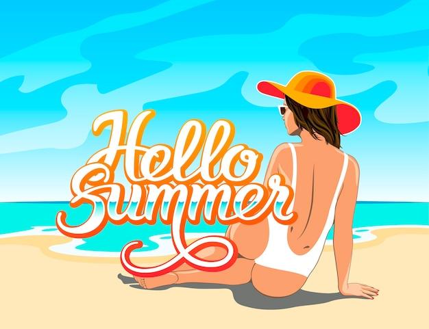 Hallo zomer hand belettering met mooi meisje in witte zwembroek, hoed en zonnebril zittend op het zand van het strand van de zee