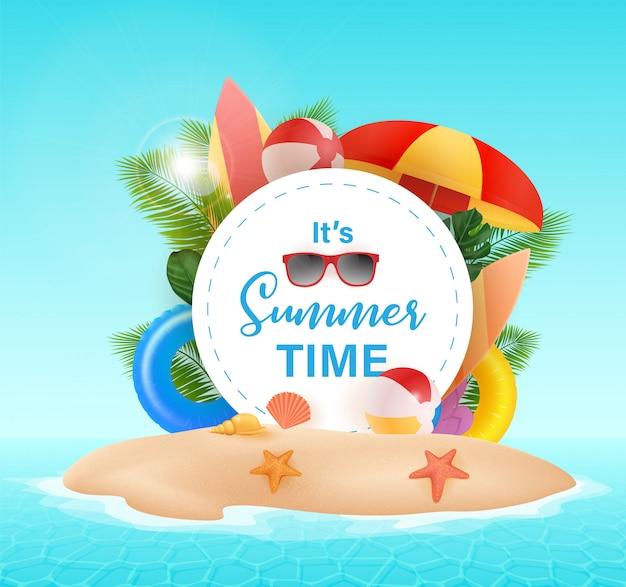 Hallo zomer typografisch met cirkel achtergrond. tropische planten, strandbal, zonnebril en schelpen. illustratie. hallo zomer illustratie