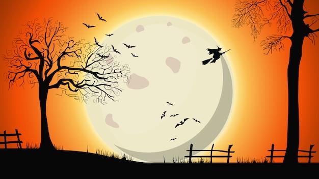 Halloween-achtergrond, nachtlandschap met grote gele volle maan, oude bomen en heksen in de hemel