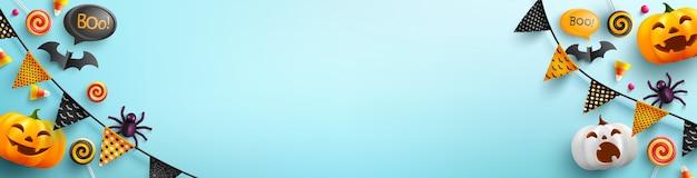 Halloween-banner met leuke halloween-pompoen en suikergoed op lichtblauw