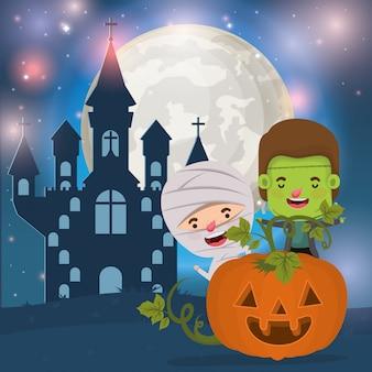 Halloween-kaart met kinderen gekostumeerd in de donkere nachtscène