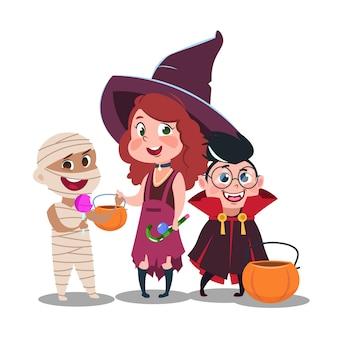Halloween-trick or treatjonge geitjes in feestelijke die kostuums met suikergoed op witte achtergrond worden geïsoleerd