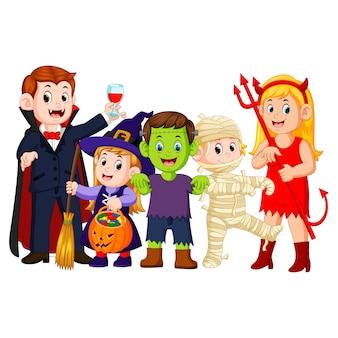 Halloween-truc of het behandelen in halloween-kostuum
