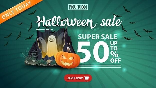 Halloween uitverkoop, -50% korting, groene moderne banner met portaal met spoken en pompoen jack