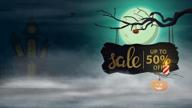 Halloween-uitverkoop, -50% korting, horizontale kortingsbanner met nachtlandschap en oud houten bord met aanbieding