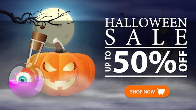 Halloween-uitverkoop, -50% korting, horizontale kortingsbanner met nachtlandschap, pompoen jack en toverdrank