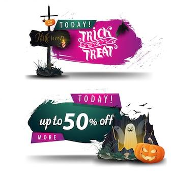 Halloween-verkoop, kortingsbanners met oud houten teken, portaal met spoken en pompoen jack