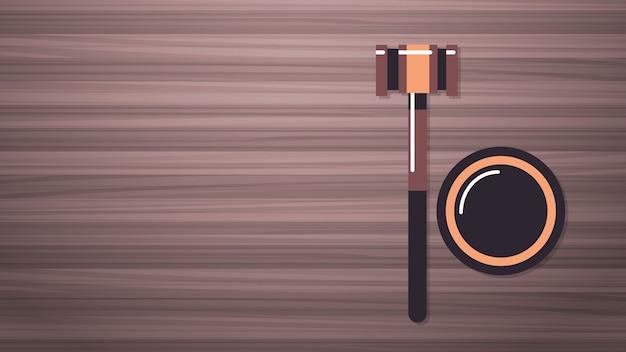 Hamer op houten tafel juridisch recht advies en rechtvaardigheid concept werkplek desk top hoek weergave horizontale vectorillustratie