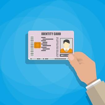 Hand die de identiteitskaart houdt