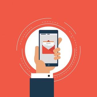 Hand die een mobiele telefoon met een e-mail op het scherm