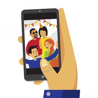 Hand die op smartphone het bekijken de foto van de pretgroep scrolt