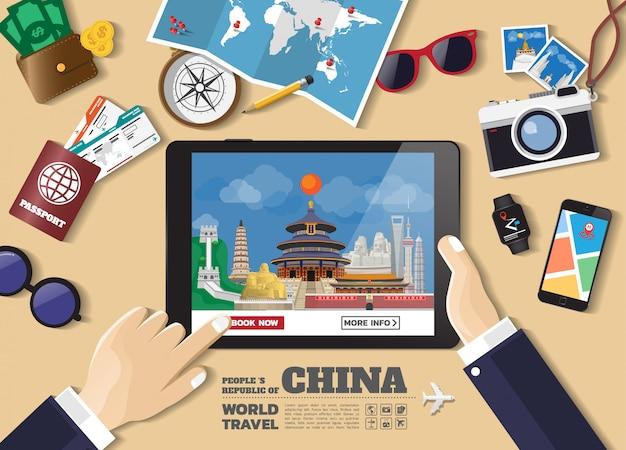 Hand die slimme tablet het boeken reisbestemming houden china beroemde plaatsen.