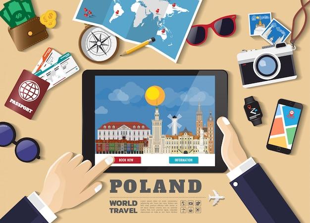 Hand die slimme tablet het boeken reisbestemming houdt. polen beroemde plaatsen Premium Vector