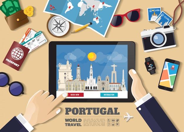 Hand die slimme tablet het boeken reisbestemming houdt. portugal beroemde plaatsen.