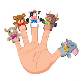 Hand draagt schattige 5 vingerpoppetjes