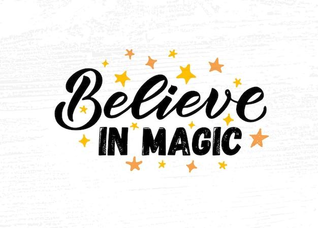 Hand geschetst geloven in magische vectorillustratie met belettering typografie motiverende citaat