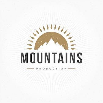 Hand getekend berg logo vintage stijl voor badge of label