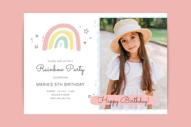 Hand getekend regenboog verjaardagsuitnodiging sjabloon met foto