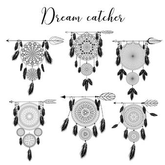 Hand getekende indiase dromenvanger met veren. illustratie. etnisch ontwerp, boho chic, tribaal symbool.