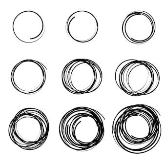 Hand getekende krabbel cirkels set doodle circulaire logo ontwerpelementen potlood of pen graffiti bubble
