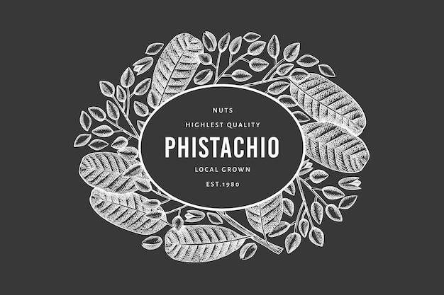 Hand getekende phistachio tak en kernels ontwerpsjabloon. biologische voeding vectorillustratie op schoolbord. retro moer illustratie. botanische banner in gegraveerde stijl.