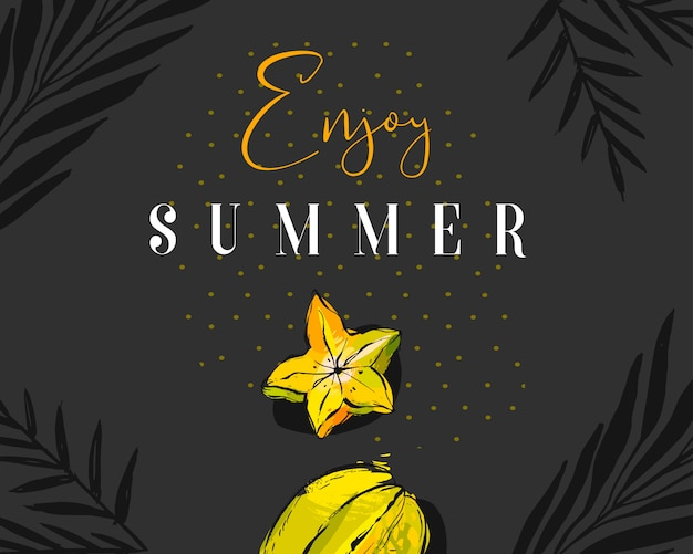 Hand getrokken abstracte zomertijd creatieve koptekst met tropisch fruit carambola, exotische palmbladeren en moderne kalligrafie citaat geniet van de zomer met stippen textuur op zwarte achtergrond.