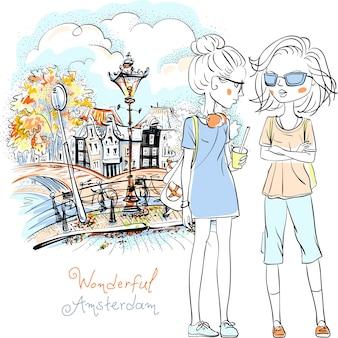 Hand getrokken afbeelding, leuke mooie meisjestoerist die langs kanaal in amsterdam met traditioneel nederlands huis, holland, nederland loopt.