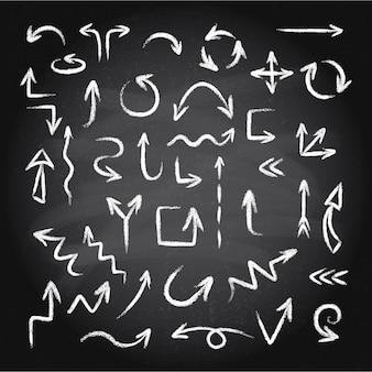 Hand getrokken doodle pijlen set gemaakt van krijt of pastel textuur op een schoolbord achtergrond. illustratie