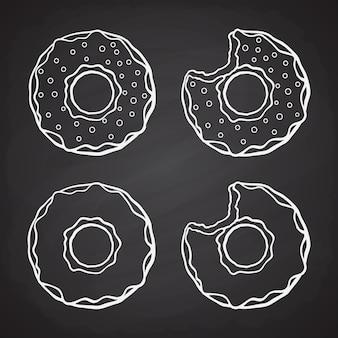 Hand getrokken doodles van donuts met glazuur en suiker dragees en gebeten donuts vector illustratie set