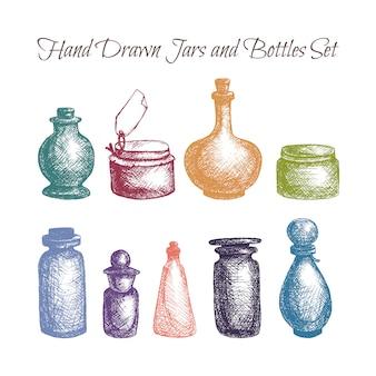 Hand getrokken geïsoleerde uitstekende glaskruiken en geplaatste flessen