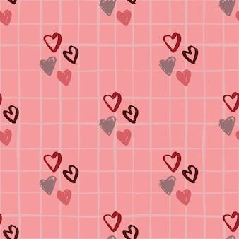 Hand getrokken hart silhouetten naadloze patroon. roze achtergrond met cheque. houd van elementen in kastanjebruine en grijze tinten.