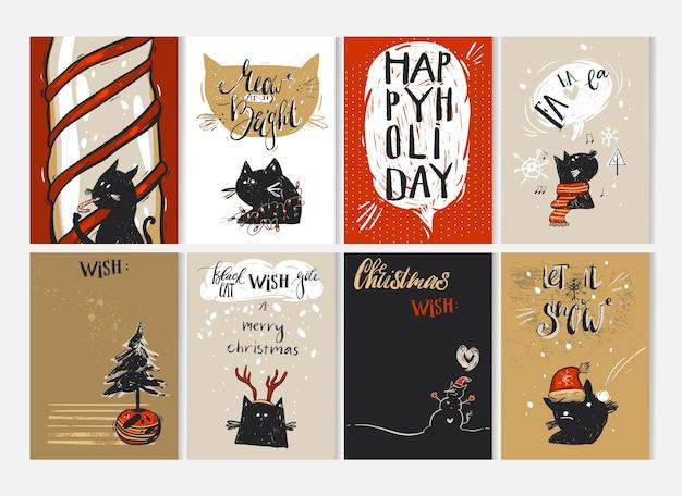 Hand getrokken merry christmas wenskaart set met schattige grappige zwarte katten tekens in winterkleding, kerstbomen, zuurstok, caroling, sneeuwpop, teken en moderne kalligrafie. journaling kaarten.