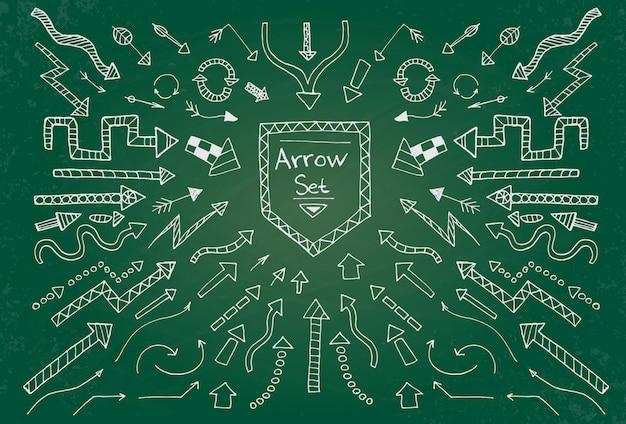 Hand getrokken pijlpictogrammen ingesteld op groen schoolbord