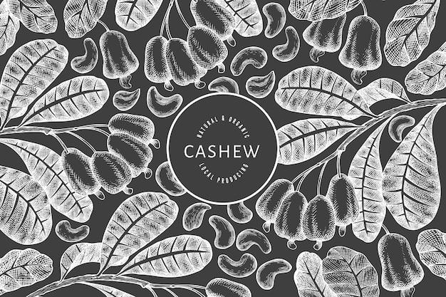 Hand getrokken schets cashew ontwerpsjabloon. biologische voeding vectorillustratie op schoolbord. vintage moer illustratie. gegraveerde stijl botanische achtergrond.