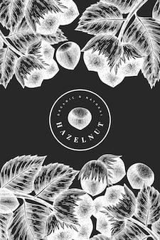 Hand getrokken schets hazelnoot ontwerpsjabloon. biologisch voedsel vectorillustratie op schoolbord. vintage moer illustratie. gegraveerde stijl botanische achtergrond.