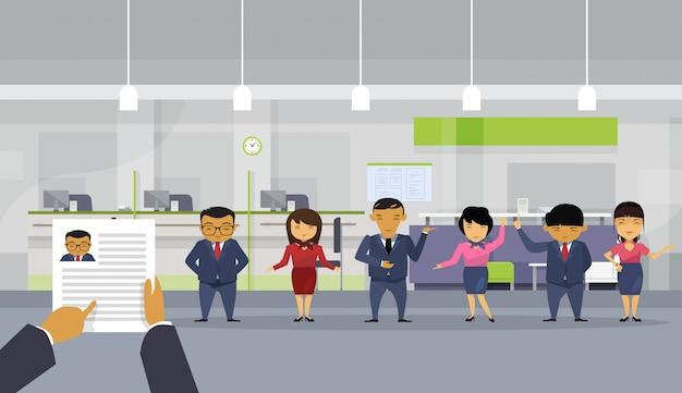Hand hold cv hervatten zakenman kiezen uit groep van aziatische mensen uit het bedrijfsleven