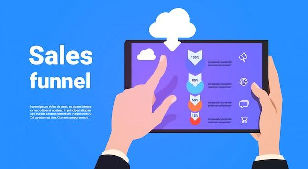 Hand houden tablet mobiele applicatie synchronisatie verkoop trechter met stappen stadia zakelijke infographic. aankoop diagram concept