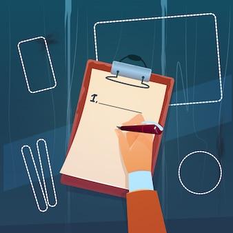 Hand houdt lege controlelijst vast document schrijven