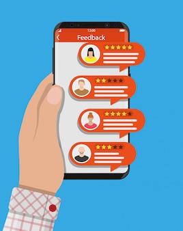 Hand houdt smartphone met beoordelingsapp.