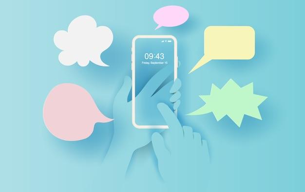 Hand houdt smartphone met berichtenuitwisseling