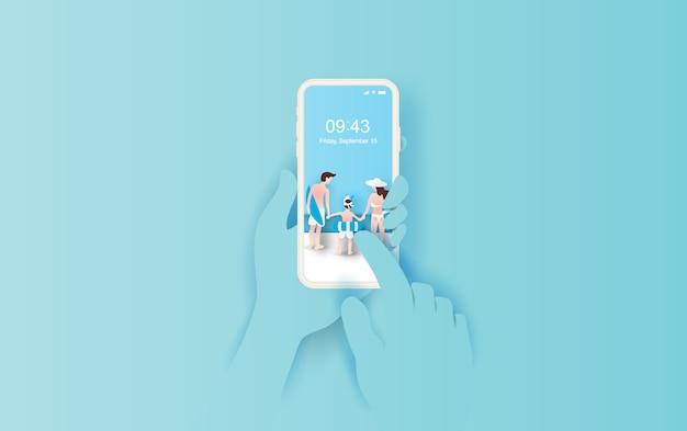 Hand houdt smartphone met zomer