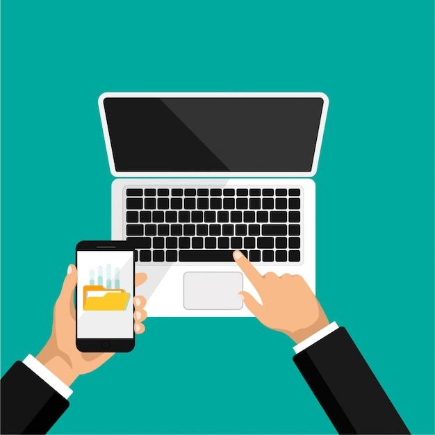 Hand houdt telefoon en klik op laptop. bestanden uploaden naar de cloudopslag of computer. bekijk bovenkant van opengeklapte laptop.