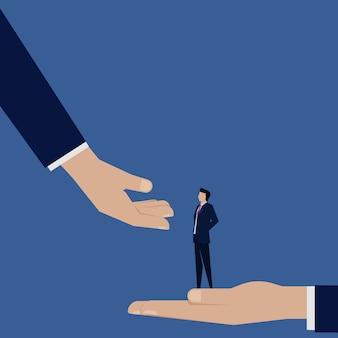 Hand leent een hulp om de carrièregroei van een zakenman te beklimmen.