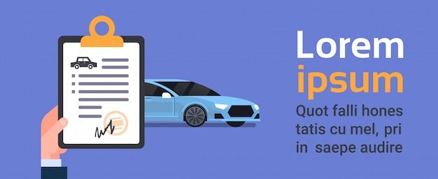 Hand met autoverzekeringsdocument over voertuig. tekstsjabloon