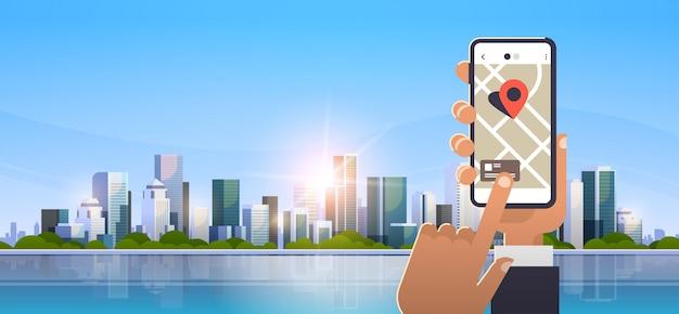 Hand met behulp van online mobiele kaartapplicatie
