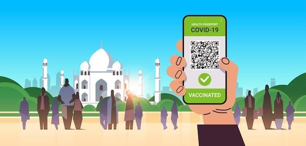 Hand met digitaal immuniteitspaspoort met qr-code op smartphonescherm risicovrij covid-19 pandemie vaccineren certificaat coronavirus immuniteitsconcept moslim stadsgezicht horizontale vectorillustratie