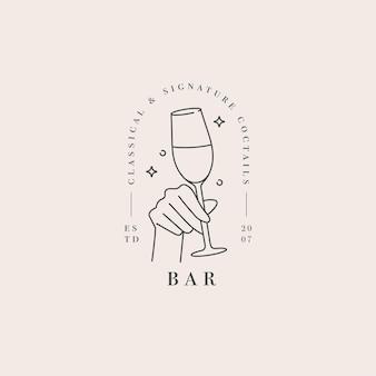 Hand met een glas drank. abstract logo voor café of bar.