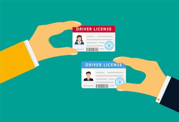 Hand met een rijbewijs dat op groen wordt geïsoleerd
